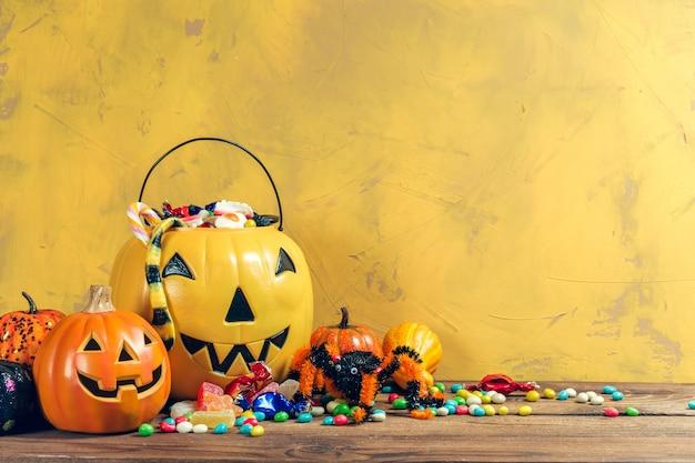 Fröhliches halloween! kürbis mit süßigkeit im haus.