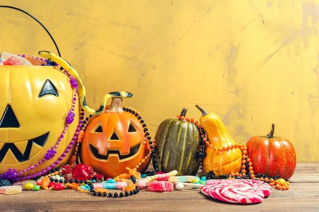 Fröhliches halloween! kürbis mit süßigkeit im haus