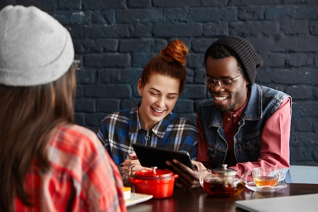 Fröhliches interracial-paar mit kostenloser wlan-internetverbindung