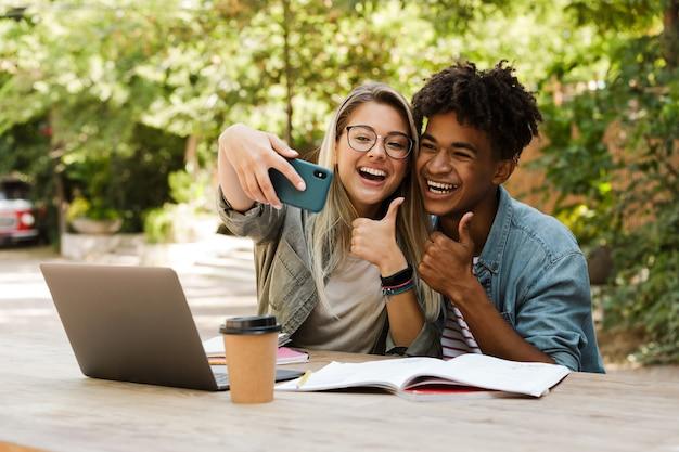 Fröhliches junges multiethnisches paar, das zeit zusammen verbringt