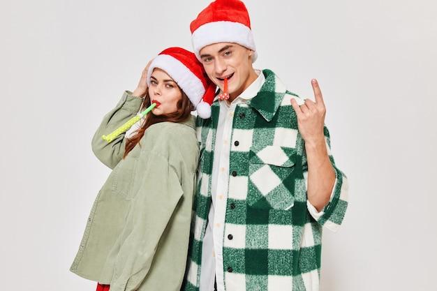 Fröhliches junges paar umarmt neujahrsferienfreundschaftsromantikgeschenke für weihnachten