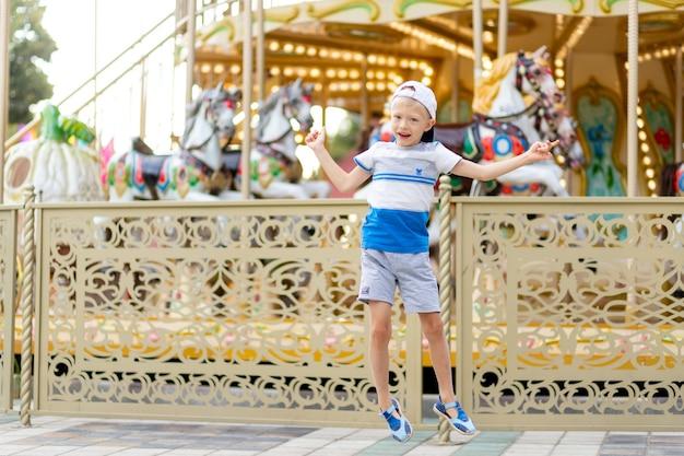 Fröhliches kind geht in einen vergnügungspark