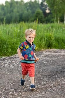 Fröhliches kind im bunten kleid abseits der straße