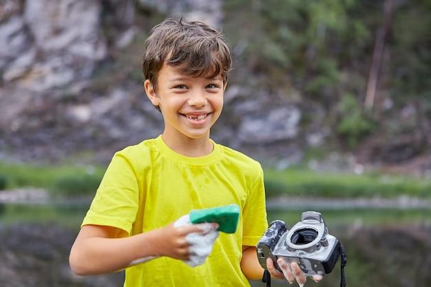 Fröhliches kind ruinierte die kamera seiner eltern.