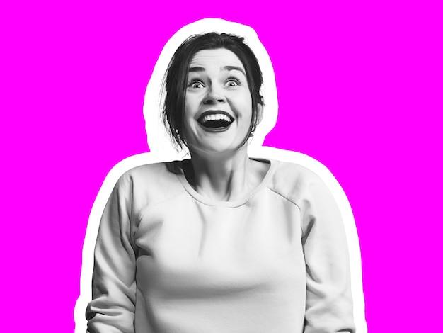 Fröhliches lachen. collage im zeitschriftenstil mit emotionalem mann in schwarz-weißer kontur auf hellem hintergrund mit exemplar. modernes design, kreative kunstwerke, stil und menschliches emotionskonzept.