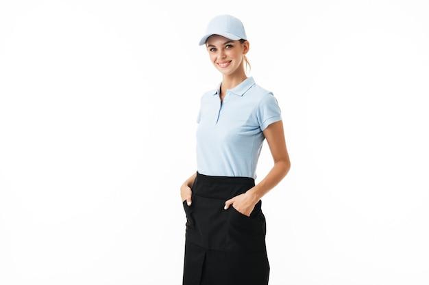 Fröhliches mädchen im blauen polo-t-shirt und in der mütze glücklich