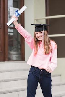 Fröhliches mädchen mit diplom