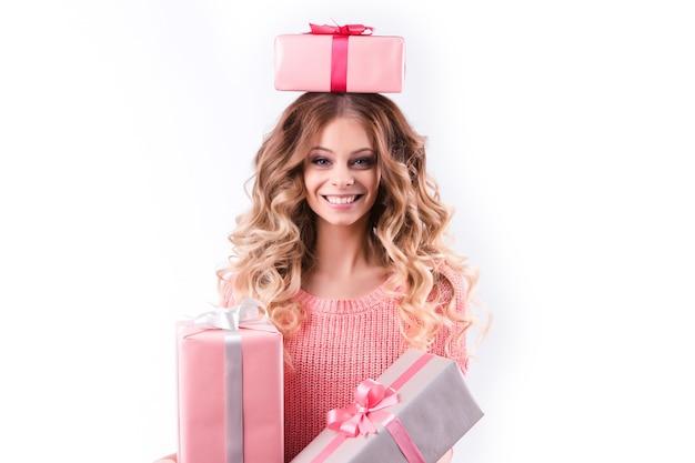 Fröhliches mädchen mit geschenkbox auf einem weißen.