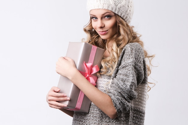Fröhliches mädchen mit geschenkbox