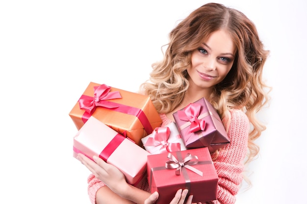 Fröhliches mädchen mit geschenkboxen auf einem weißen.