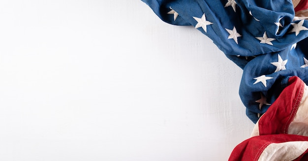 Fröhliches memorial day-konzept aus amerikanischer flagge auf weißem holzhintergrund