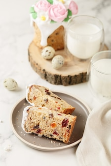 Fröhliches osterfrühstück, kuchen und milch