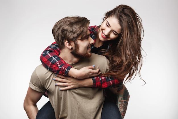 Fröhliches paar, das eine tolle zeit zusammen hat und glücklich über witz lacht.