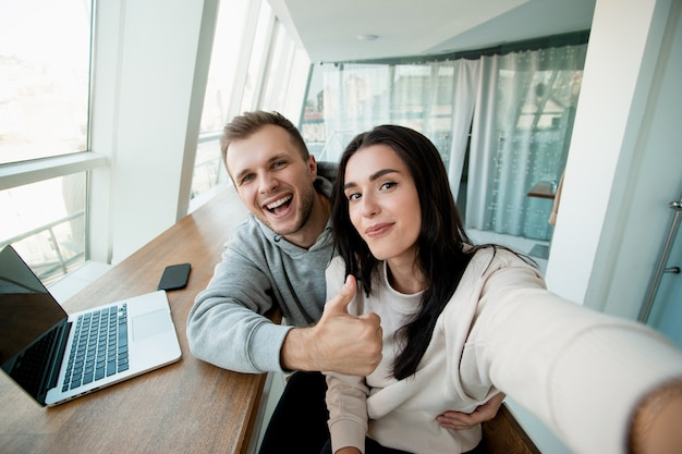 Fröhliches paar, das selfie nimmt