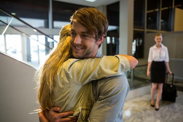 Fröhliches paar, das sich umarmt