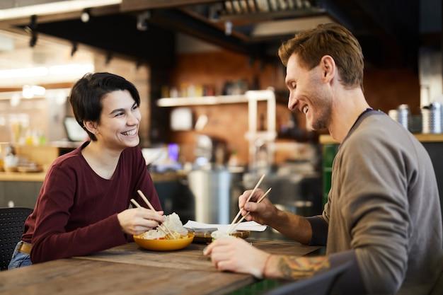 Fröhliches paar im chinesischen restaurant