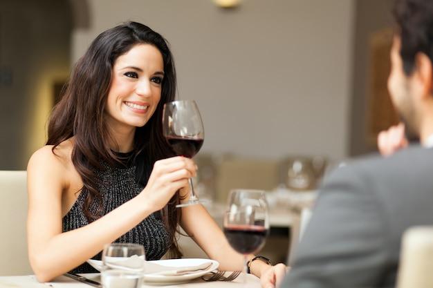 Fröhliches paar in einem restaurant