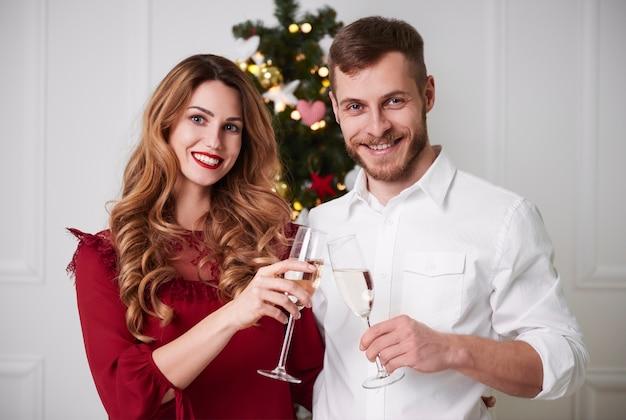 Fröhliches paar mit champagner-toast