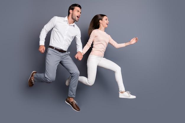 Fröhliches paar springen zusammen viel spaß genießen freizeit