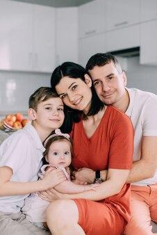 Fröhliches porträt der glücklichen jungen familie zu hause