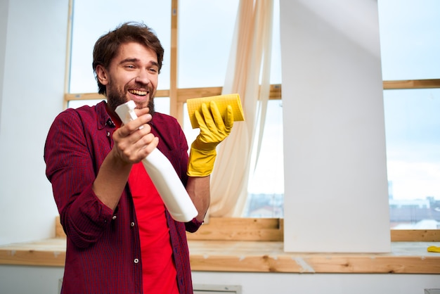 Fröhliches reinigungsmittel gummihandschuhe innenfenster