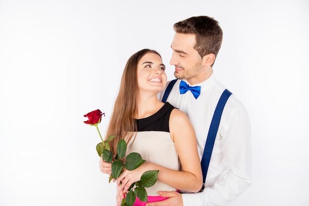 Fröhliches süßes paar in der liebe, die umarmt und lächelt