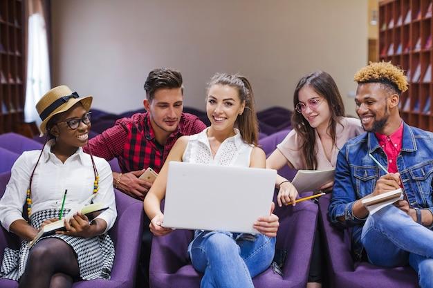 Fröhliches team posiert mit laptop