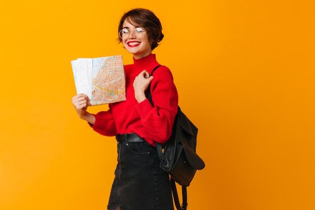 Fröhliches weibliches modell, das stadtplan hält