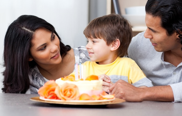 Frohe familie, die zusammen einen geburtstag feiert