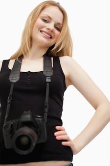 Frohe frau, die eine kamera anhält