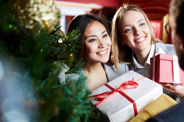 Frohe frauen mit geschenken