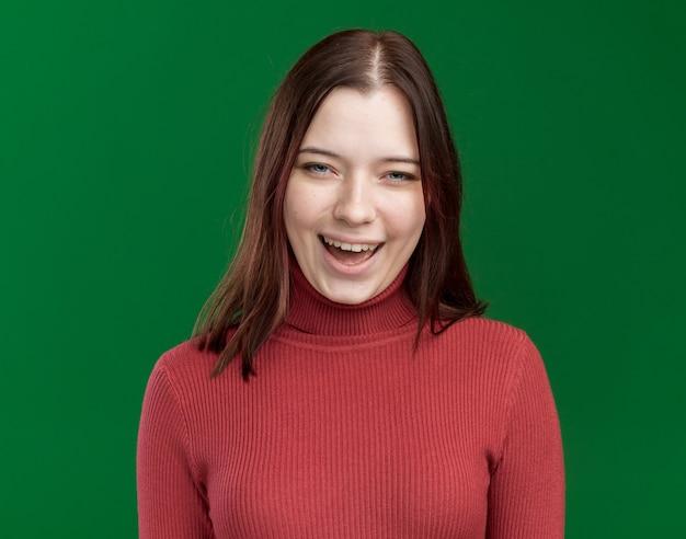 Frohe junge hübsche frau lacht