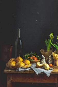 Frohe ostern grußkarte mit dunklen rustikalen stil