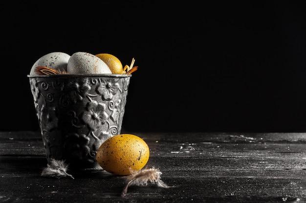Frohe ostern! ostereier auf hölzernem hintergrund