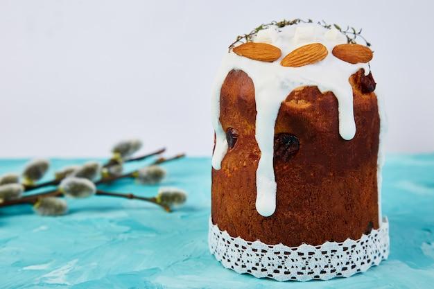 Frohe ostern, osterkomposition mit orthodoxem süßem kuchen, brot