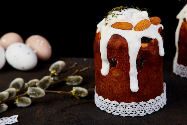 Frohe ostern, osterkomposition mit orthodoxem süßem kuchen,