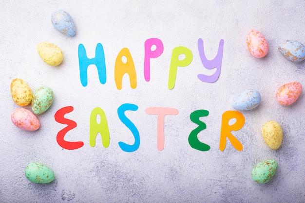 Frohe ostern text und farbe eier