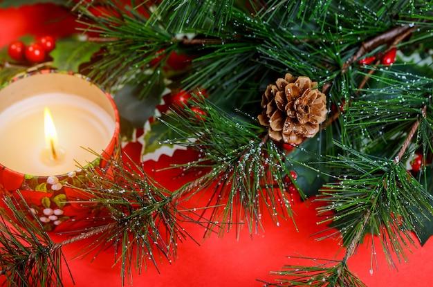 Frohe weihnacht-guten rutsch ins neue jahr-glückwünsche mit rotem hintergrundgeschenk und weihnachtsbaum