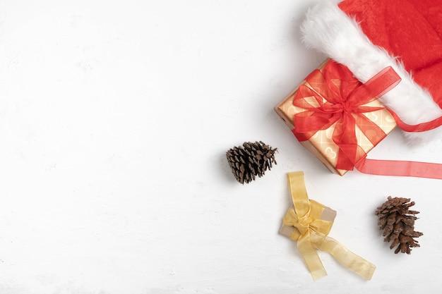 Frohe weihnachten auf weißem holz
