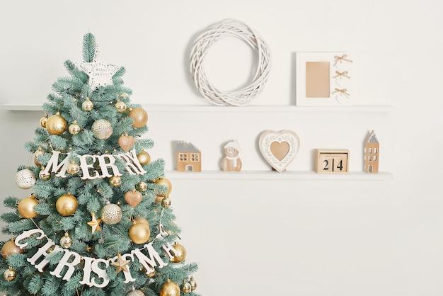 Frohe weihnachten dekoration auf weihnachtsbaum