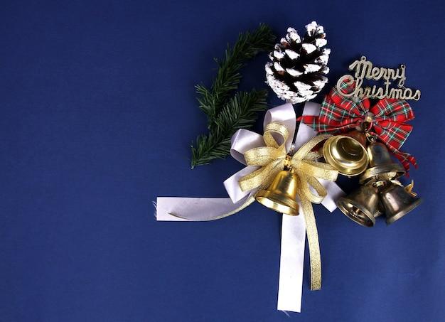 Frohe weihnachten dekoration mit blauem hintergrund.