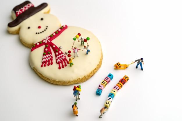Frohe weihnachten familienfest mit geschenken und keksen. feiertage hintergrund.
