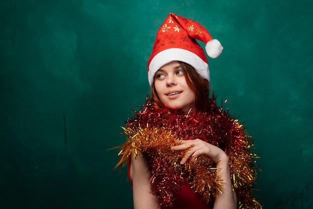 Frohe weihnachten frau im neuen jahr in einer kappe und lametta, heller hintergrund