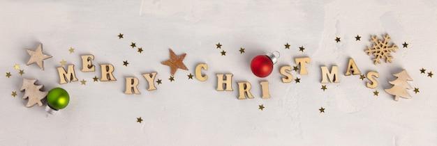 Frohe weihnachten geschrieben mit hölzernen buchstaben