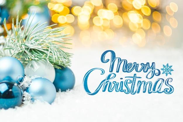 Frohe weihnachten grußkarte im blauen stil mit unscharfen lichtern