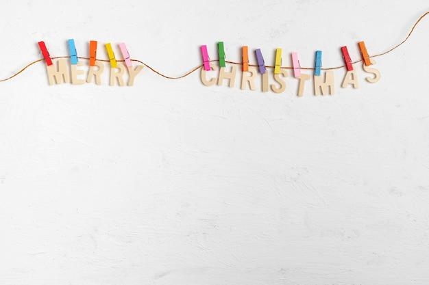 Frohe weihnachten grußnachricht auf weißem holz