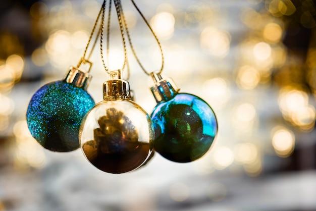 Frohe weihnachten-konzept mit hängenden ball ornamente