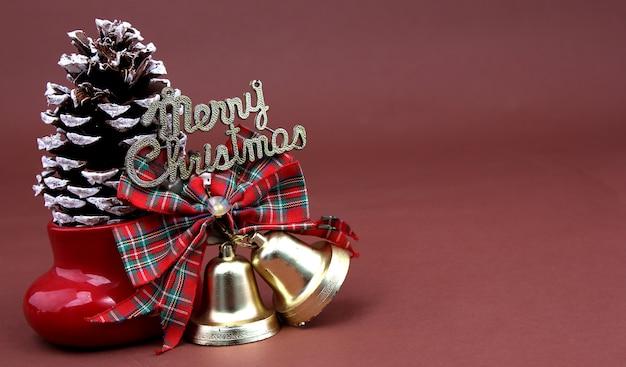 Frohe weihnachten mit einem braunen hintergrund.