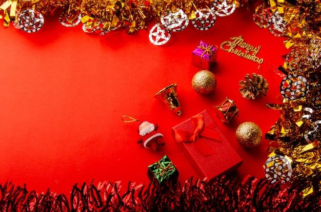 Frohe weihnachten roter hintergrund mit gold und glänzenden dekorativen elementen