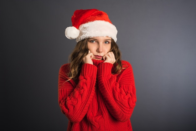 Frohe weihnachten-schönheitsfrau trägt rotes hemd auf grauem hintergrund isoliert